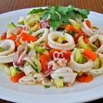 Простой салат с кальмарами, помидорами и оливками