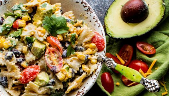 Салат с авокадо и макаронами