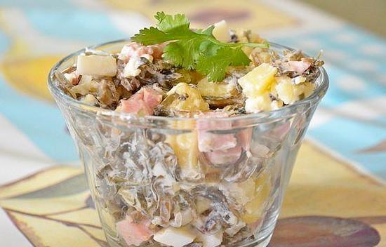 Салат с ветчиной и морской капустой