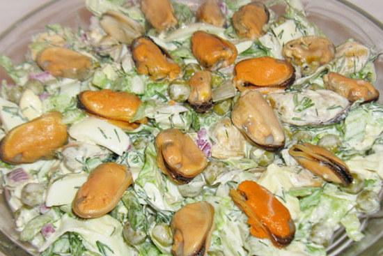 Салат с жареными мидиями и кальмарами