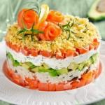 Слоеный салат с авокадо и лососем