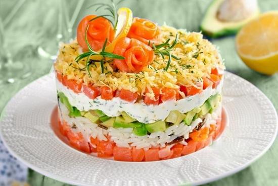Слоеный салат с крабовыми палочками и соленой рыбой