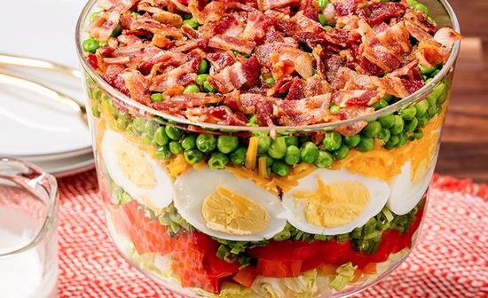 Слоеный салат с горошком и беконом