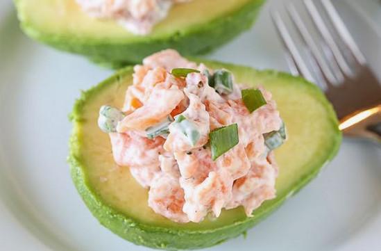 Оригинальный праздничный салат с соленым лососем и авокадо
