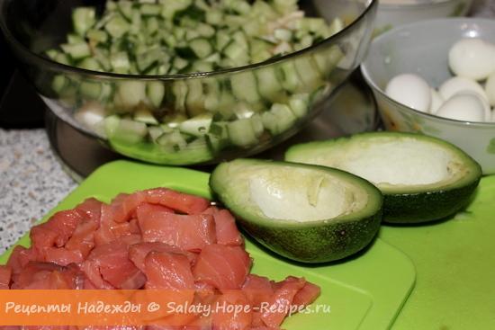 Как приготовить салат с красной рыбой и авокадо