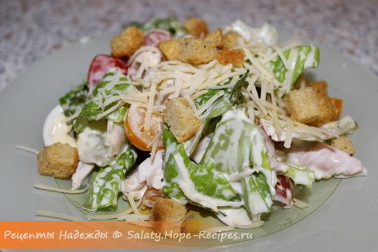Как приготовить салат Цезарь с копченой курицей