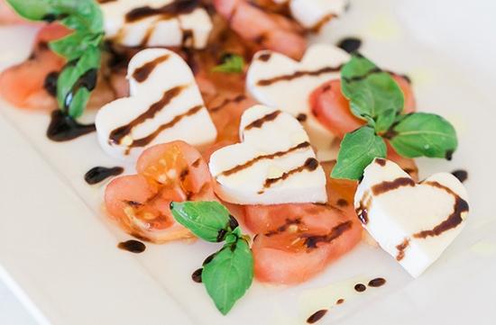Праздничный салат Капрезе на 14 февраля