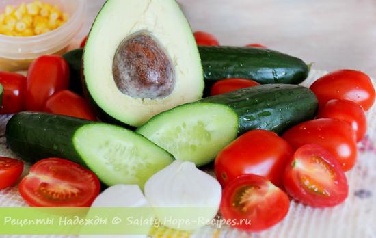 Простой рецепт салата с авокадо и чипсами
